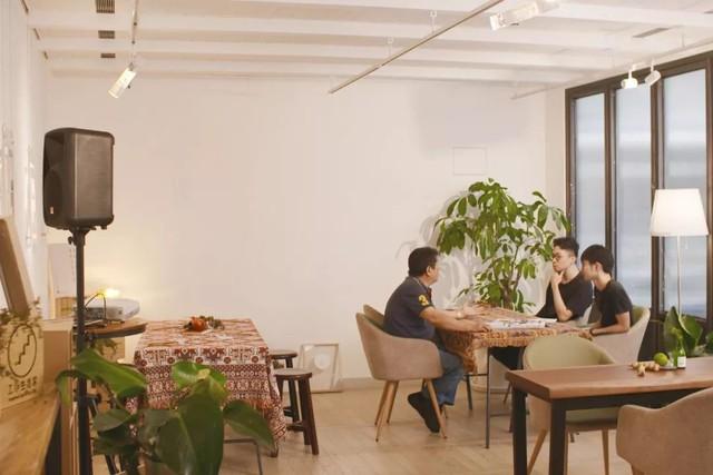 Muốn sống vui vẻ cùng nhau, 22 người bạn cùng thuê nhà trọ cũ, cải tạo lại và có cả phòng triển lãm - Ảnh 1.
