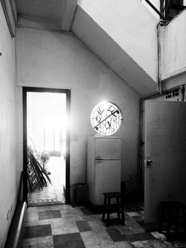 Tp.HCM: Căn nhà nhiều cửa sổ đẹp ngỡ ngàng sau khi được cải tạo bằng những đồ dùng bỏ đi - Ảnh 2.
