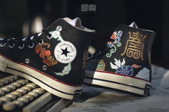 Chàng trai 9x gây xôn xao MXH vì nghề vẽ hoa văn truyền thống lên giày nhưng lý do sau niềm đam mê mới khiến ai nấy bất ngờ - Ảnh 10.