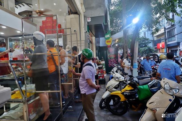 Đều như vắt tranh, năm nào người Hà Nội cũng nô nức xếp hàng mua bánh trung thu truyền thống - Ảnh 1.