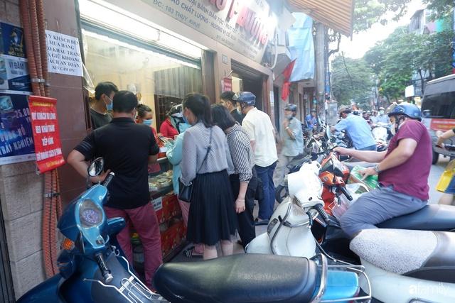 Đều như vắt tranh, năm nào người Hà Nội cũng nô nức xếp hàng mua bánh trung thu truyền thống - Ảnh 2.