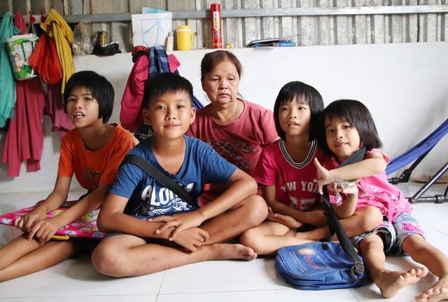 TP.HCM: Cha lấy vợ khác, mẹ bỏ đi, 4 đứa trẻ thất học đội nắng bán vé số kiếm tiền chữa bệnh cho người ông bại liệt - Ảnh 2.