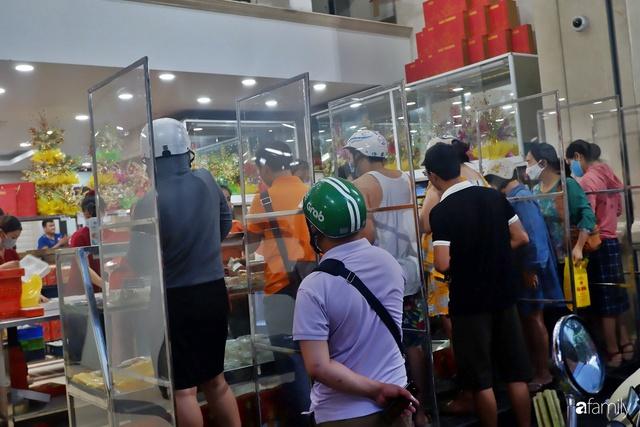 Đều như vắt tranh, năm nào người Hà Nội cũng nô nức xếp hàng mua bánh trung thu truyền thống - Ảnh 11.