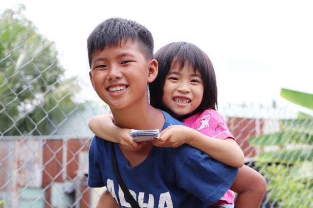 TP.HCM: Cha lấy vợ khác, mẹ bỏ đi, 4 đứa trẻ thất học đội nắng bán vé số kiếm tiền chữa bệnh cho người ông bại liệt - Ảnh 12.