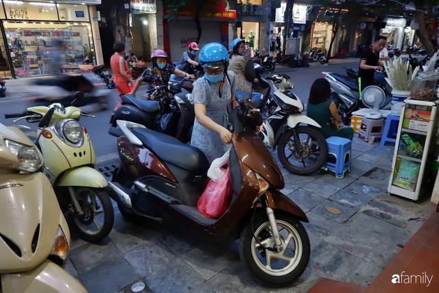 Đều như vắt tranh, năm nào người Hà Nội cũng nô nức xếp hàng mua bánh trung thu truyền thống - Ảnh 14.