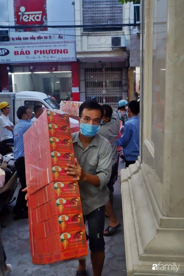 Đều như vắt tranh, năm nào người Hà Nội cũng nô nức xếp hàng mua bánh trung thu truyền thống - Ảnh 15.