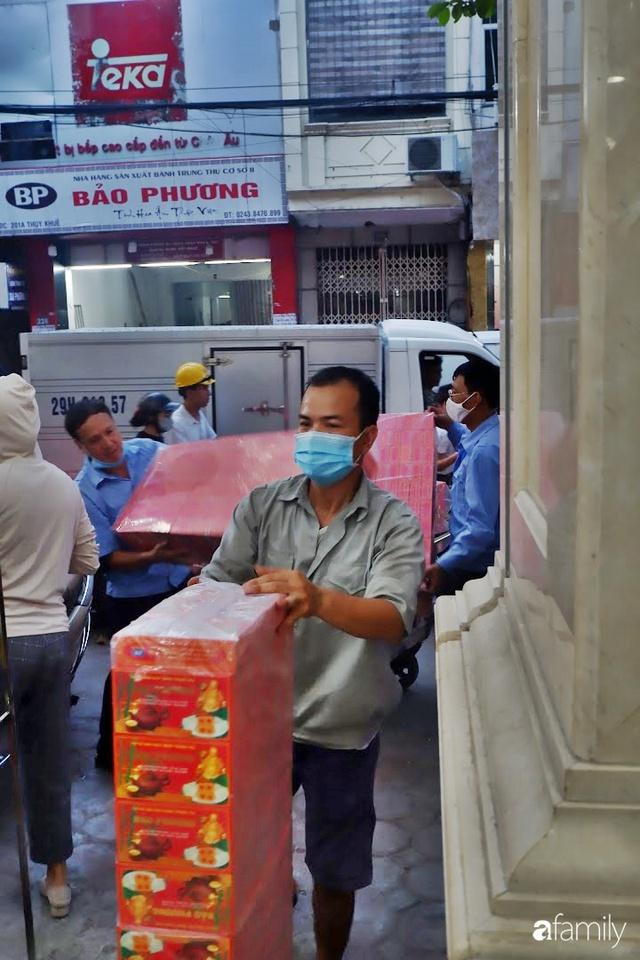 Đều như vắt tranh, năm nào người Hà Nội cũng nô nức xếp hàng mua bánh trung thu truyền thống - Ảnh 16.