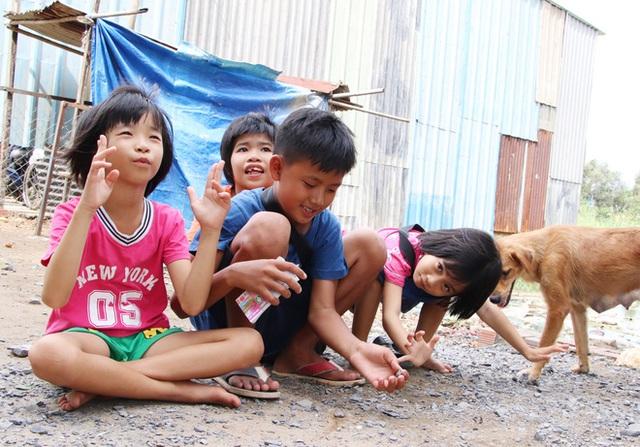 TP.HCM: Cha lấy vợ khác, mẹ bỏ đi, 4 đứa trẻ thất học đội nắng bán vé số kiếm tiền chữa bệnh cho người ông bại liệt - Ảnh 16.