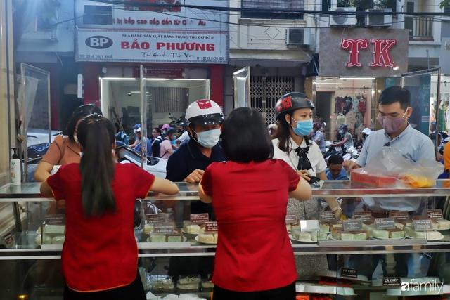 Đều như vắt tranh, năm nào người Hà Nội cũng nô nức xếp hàng mua bánh trung thu truyền thống - Ảnh 17.