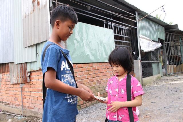TP.HCM: Cha lấy vợ khác, mẹ bỏ đi, 4 đứa trẻ thất học đội nắng bán vé số kiếm tiền chữa bệnh cho người ông bại liệt - Ảnh 17.