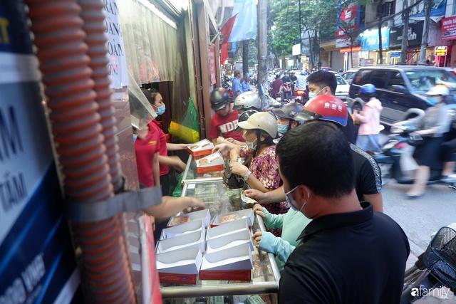 Đều như vắt tranh, năm nào người Hà Nội cũng nô nức xếp hàng mua bánh trung thu truyền thống - Ảnh 18.