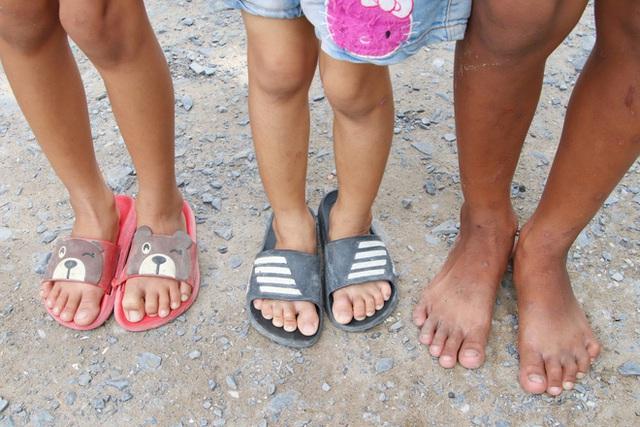 TP.HCM: Cha lấy vợ khác, mẹ bỏ đi, 4 đứa trẻ thất học đội nắng bán vé số kiếm tiền chữa bệnh cho người ông bại liệt - Ảnh 18.