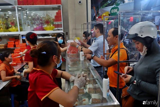 Đều như vắt tranh, năm nào người Hà Nội cũng nô nức xếp hàng mua bánh trung thu truyền thống - Ảnh 19.
