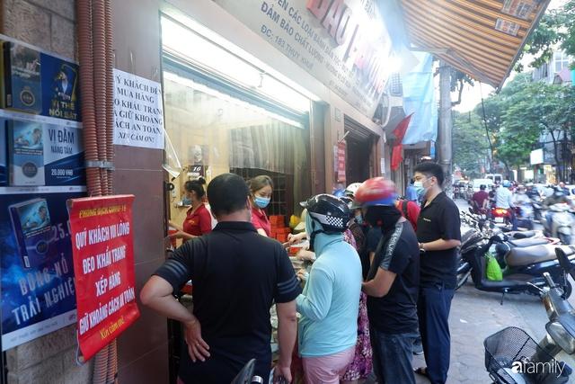Đều như vắt tranh, năm nào người Hà Nội cũng nô nức xếp hàng mua bánh trung thu truyền thống - Ảnh 3.
