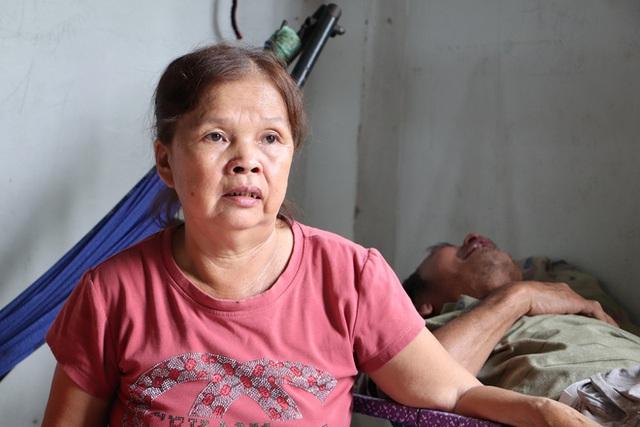TP.HCM: Cha lấy vợ khác, mẹ bỏ đi, 4 đứa trẻ thất học đội nắng bán vé số kiếm tiền chữa bệnh cho người ông bại liệt - Ảnh 3.