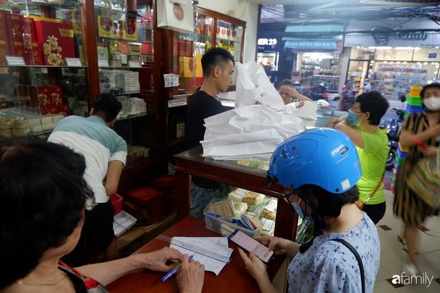 Đều như vắt tranh, năm nào người Hà Nội cũng nô nức xếp hàng mua bánh trung thu truyền thống - Ảnh 21.