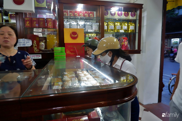 Đều như vắt tranh, năm nào người Hà Nội cũng nô nức xếp hàng mua bánh trung thu truyền thống - Ảnh 22.