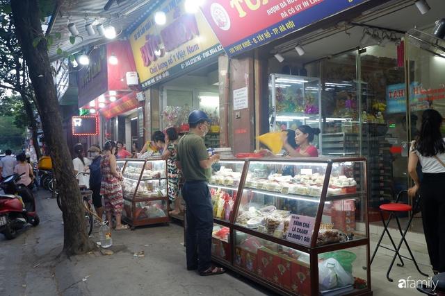 Đều như vắt tranh, năm nào người Hà Nội cũng nô nức xếp hàng mua bánh trung thu truyền thống - Ảnh 23.