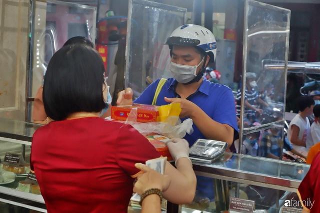 Đều như vắt tranh, năm nào người Hà Nội cũng nô nức xếp hàng mua bánh trung thu truyền thống - Ảnh 24.