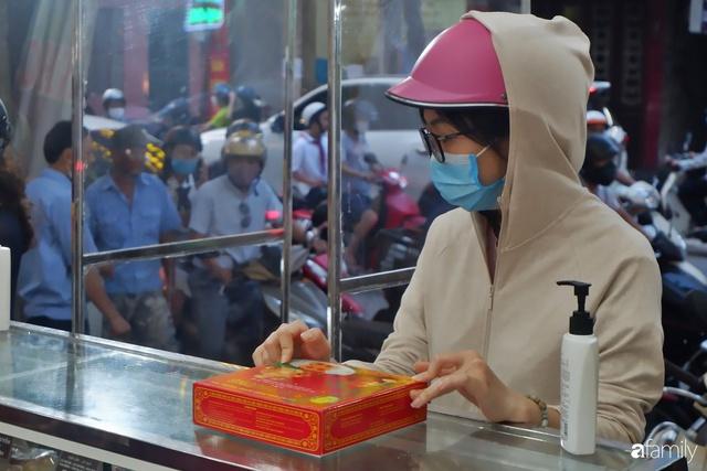 Đều như vắt tranh, năm nào người Hà Nội cũng nô nức xếp hàng mua bánh trung thu truyền thống - Ảnh 26.