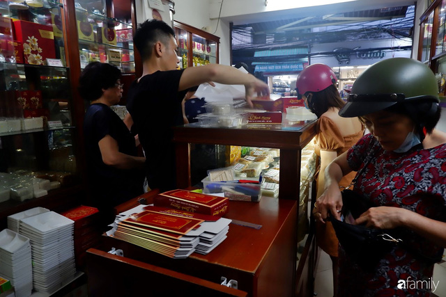 Đều như vắt tranh, năm nào người Hà Nội cũng nô nức xếp hàng mua bánh trung thu truyền thống - Ảnh 4.