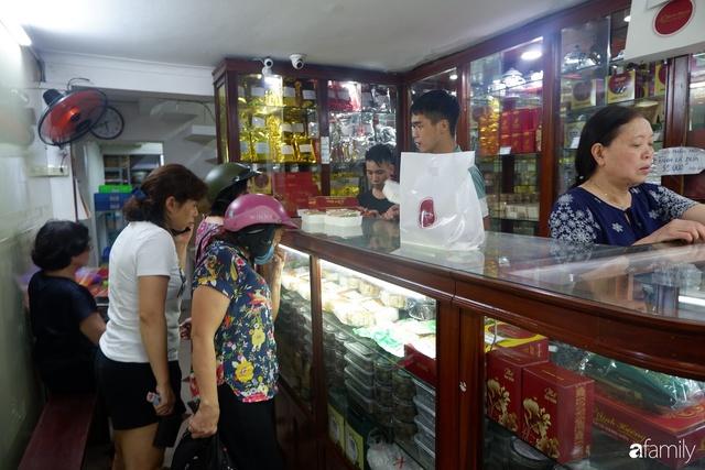 Đều như vắt tranh, năm nào người Hà Nội cũng nô nức xếp hàng mua bánh trung thu truyền thống - Ảnh 5.
