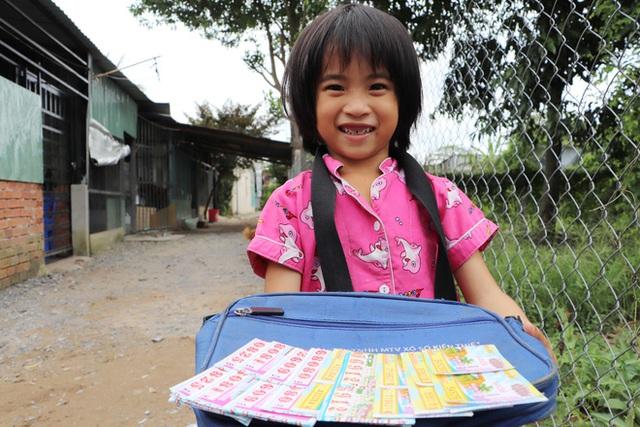 TP.HCM: Cha lấy vợ khác, mẹ bỏ đi, 4 đứa trẻ thất học đội nắng bán vé số kiếm tiền chữa bệnh cho người ông bại liệt - Ảnh 5.
