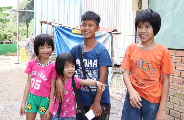 TP.HCM: Cha lấy vợ khác, mẹ bỏ đi, 4 đứa trẻ thất học đội nắng bán vé số kiếm tiền chữa bệnh cho người ông bại liệt - Ảnh 6.