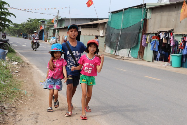 TP.HCM: Cha lấy vợ khác, mẹ bỏ đi, 4 đứa trẻ thất học đội nắng bán vé số kiếm tiền chữa bệnh cho người ông bại liệt - Ảnh 8.