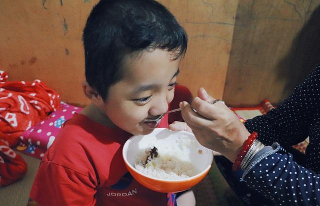 Đôi song sinh khuyết tật 14 tuổi hát cực hay, theo mẹ bán vé số khắp Sài Gòn: Cha tụi con mất rồi, chỉ còn có mẹ thôi - Ảnh 13.