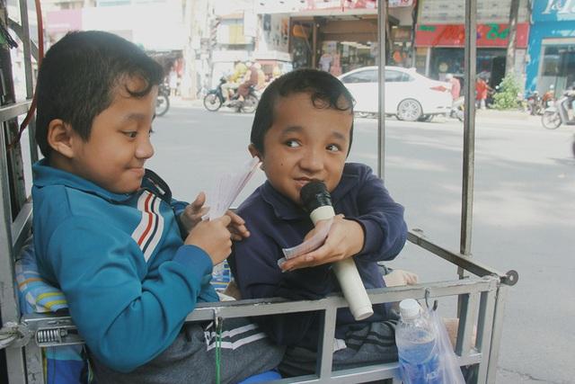 Đôi song sinh khuyết tật 14 tuổi hát cực hay, theo mẹ bán vé số khắp Sài Gòn: Cha tụi con mất rồi, chỉ còn có mẹ thôi - Ảnh 6.
