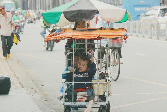 Đôi song sinh khuyết tật 14 tuổi hát cực hay, theo mẹ bán vé số khắp Sài Gòn: Cha tụi con mất rồi, chỉ còn có mẹ thôi - Ảnh 7.