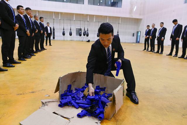 'Lò luyện' vệ sĩ cho giới siêu giàu ở Trung Quốc: Khắt khe hơn quân đội, tốt nghiệp có thể có thu nhập 70.000 USD/năm - Ảnh 4.
