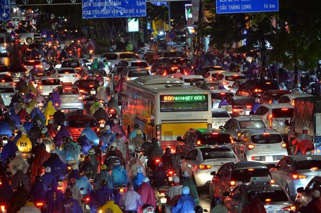 Đường phố Hà Nội đang ùn tắc kinh hoàng hàng giờ liền sau trận mưa lớn, dân công sở kêu trời vì không thể về nhà - Ảnh 2.