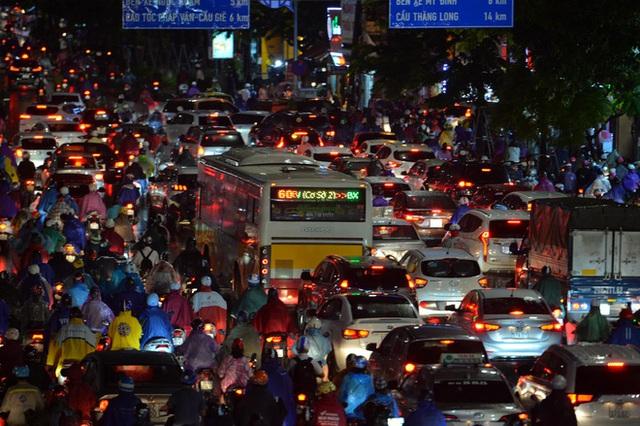 Đường phố Hà Nội đang ùn tắc kinh hoàng hàng giờ liền sau trận mưa lớn, dân công sở kêu trời vì không thể về nhà - Ảnh 3.