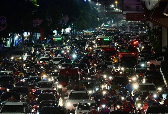 Đường phố Hà Nội đang ùn tắc kinh hoàng hàng giờ liền sau trận mưa lớn, dân công sở kêu trời vì không thể về nhà - Ảnh 4.