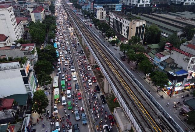 Nhiều tuyến đường Hà Nội ùn tắc do cơn giông đang kéo đến - Ảnh 2.