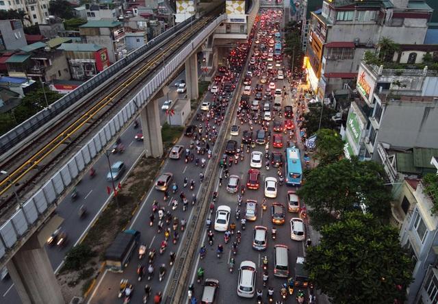 Nhiều tuyến đường Hà Nội ùn tắc do cơn giông đang kéo đến - Ảnh 3.