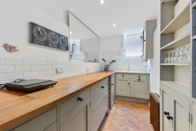 Ngôi nhà hẹp nhất London gây tranh cãi lớn khi rao bán với giá tận hơn 30 tỷ đồng, ai cũng tò mò liệu bên trong chứa kho báu gì không - Ảnh 4.