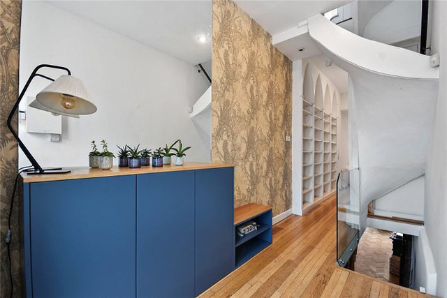 Ngôi nhà hẹp nhất London gây tranh cãi lớn khi rao bán với giá tận hơn 30 tỷ đồng, ai cũng tò mò liệu bên trong chứa kho báu gì không - Ảnh 7.