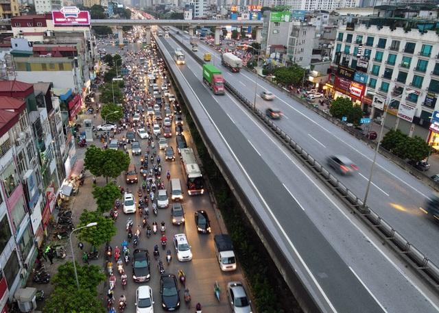 Nhiều tuyến đường Hà Nội ùn tắc do cơn giông đang kéo đến - Ảnh 7.