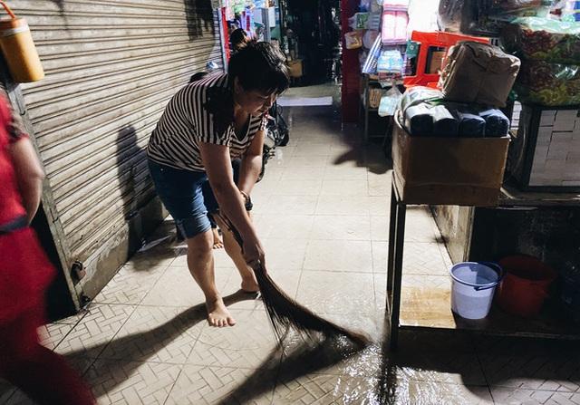 """TP.HCM: Chợ Thủ Đức ngập nặng từ trong ra ngoài do mưa lớn, nhiều tiểu thương """"khóc ròng"""" - Ảnh 16."""