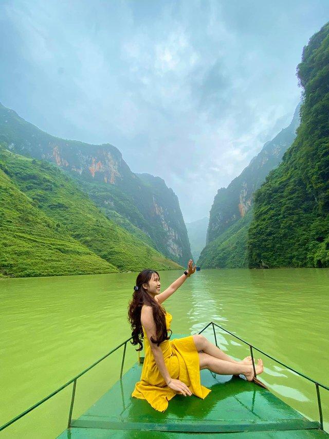 Hà Giang hoang sơ nhưng đầy thơ mộng: Chinh phục dốc Bắc Sum hiểm trở, ngắm dòng Nho Quế xanh mướt giữa núi đá, hẻm Tu Sản ôm mây - Ảnh 8.