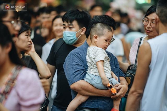 Ảnh: Hàng Mã đông nghẹt người dịp cuối tuần chơi Trung thu sớm, tiểu thương yêu cầu không chụp ảnh - Ảnh 13.