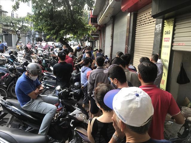 Hàng dài người xếp hàng từ 5h sáng tại 1 tiệm bánh Trung thu Hải Phòng: Công thức gia truyền 60 năm, bao bì thô sơ, chờ cả ngày vẫn về tay không - Ảnh 2.