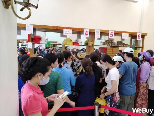 Hàng dài người xếp hàng từ 5h sáng tại 1 tiệm bánh Trung thu Hải Phòng: Công thức gia truyền 60 năm, bao bì thô sơ, chờ cả ngày vẫn về tay không - Ảnh 4.
