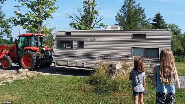 Chia tiền thành 3 phong bì để tiết kiệm, cô bé 11 tuổi mua ô tô cũ cải tạo thành nhà riêng với ý định làm kinh doanh - Ảnh 1.
