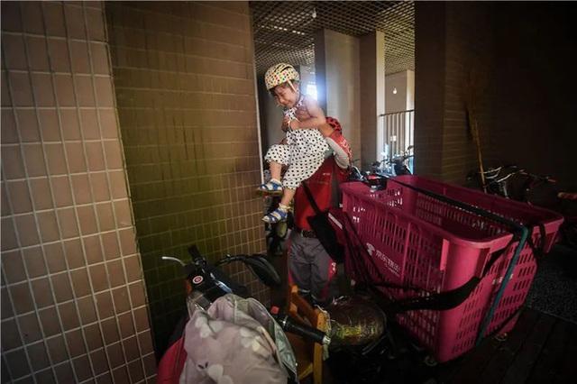 Chuyện về người shipper chuột túi: Cùng con gái bại não rong ruổi khắp ngõ ngách thành phố và nỗi niềm mơ ước khiến ai cũng phải xúc động - Ảnh 2.