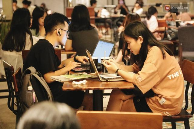 Nhiều quán cafe thâu đêm ở Sài Gòn chật kín khách: Sức chi tiêu của người Việt về đêm đâu kém du khách quốc tế! - Ảnh 12.