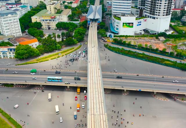 Flycam: Toàn cảnh tuyến đường sắt trên cao Nhổn - ga Hà Nội sắp đi vào hoạt động - Ảnh 2.